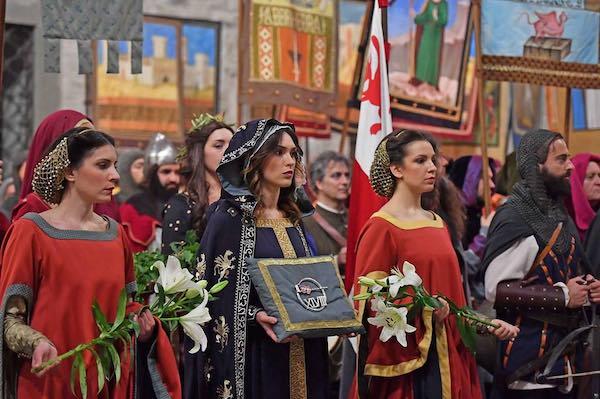 Corsa all'Anello, oltre 600 costumanti in abito medievale sfilano per le vie del centro storico