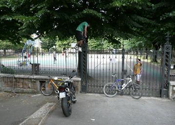 """Cortile della Scuola Media """"Luca Signorelli"""". In consiglio comunale l'esigenza di spazi aperti per i ragazzi"""