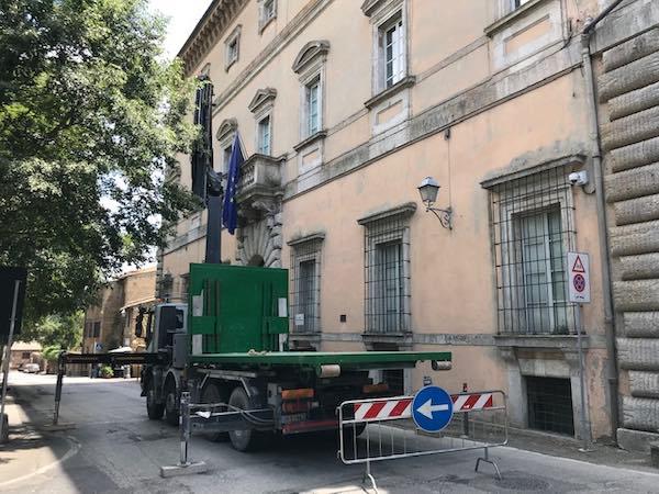 Traffico interrotto per ispezione del cornicione di Palazzo Crispo Marsciano