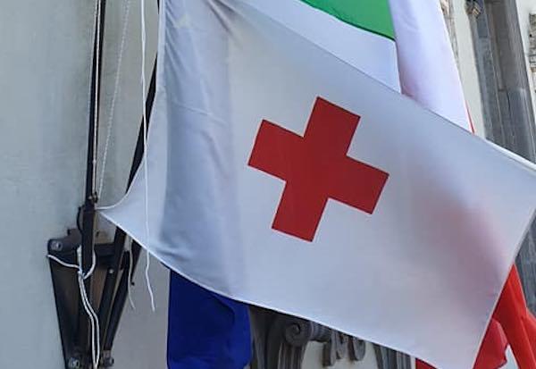 Bandiera sulla facciata e Municipio illuminato per la Giornata Mondiale della Croce Rossa