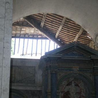 San Lorenzo in Vineis ridotta a rimessa di materiali. Nel degrado crolla anche una porzione di tetto