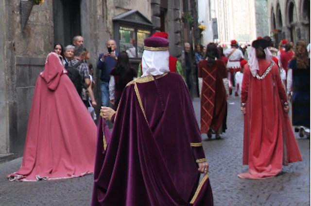 Nessun bis per il Corteo delle Dame. Gli sbandieratori tornano in piazza
