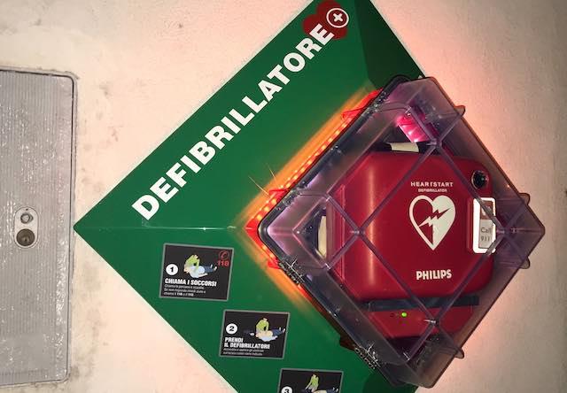 Installato il nuovo defibrillatore, preziosa sinergia tra Comune e associazioni