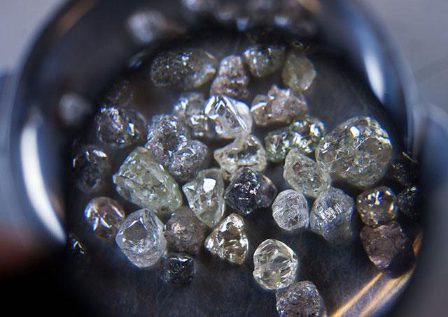 Vendita di diamanti, la Finanza perquisisce 5 banche italiane, c'è anche Popolare di Bari