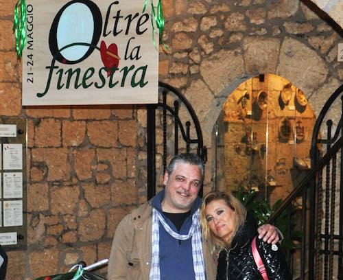 """Grazia Di Michele in visita a """"Oltre la finestra"""". Allestimento prolungato fino al 2 giugno"""