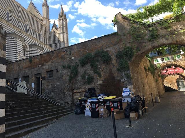 Cartoline da Orvieto: Duomo, sacchetti e immondizia