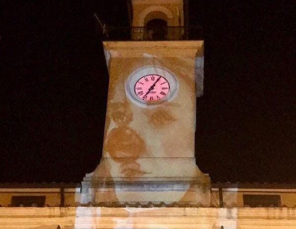 """C'è """"El Mimo"""" sulla parete della Torre del Palazzo Comunale"""