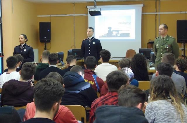 """Infoteam della Scuola Sottufficiali dell'Esercito all'Istituto """"Dalla Chiesa"""""""