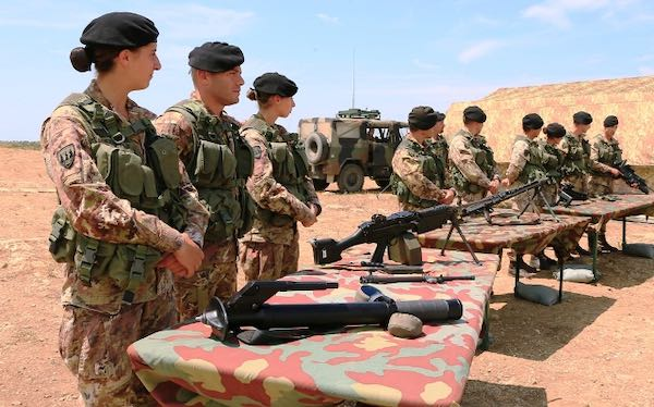 Esercitazione di plotone in attacco a fuoco per gli allievi marescialli