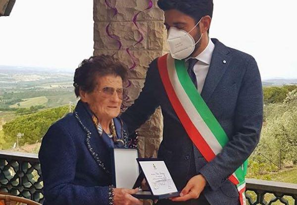 """Nonna Evelina compie 100 anni. Targa dal Comune: """"Esempio di resilienza"""""""