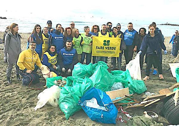 I volontari di Fare Verde rimuovono i rifiuti abbandonati sulle spiagge