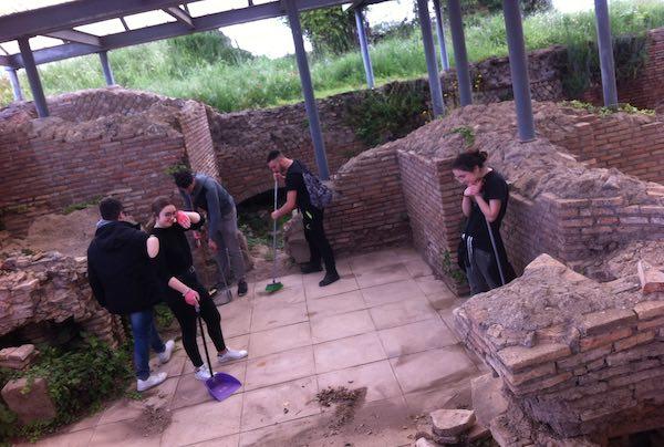 Gli studenti dell'Artistico imparano il lavoro degli archeologi a Ferento