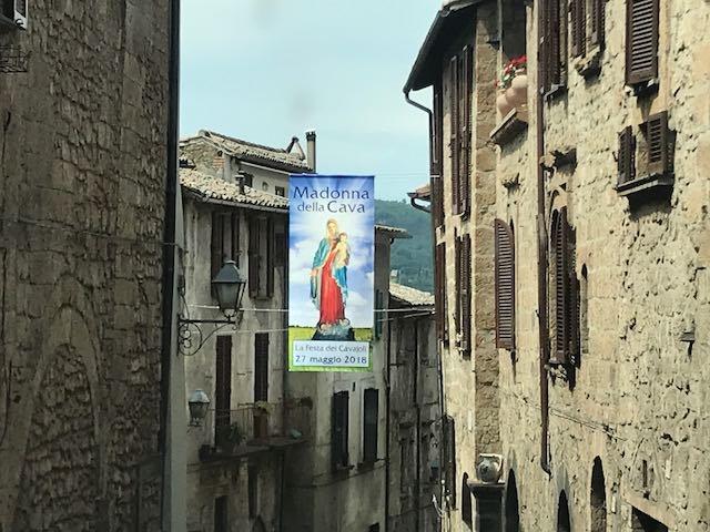 Madonna della Cava, annulati i festeggiamenti civili. Sbandieratori e musici allietano la processione