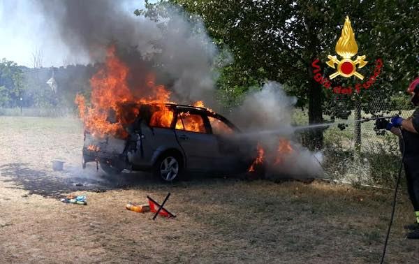 Auto avvolta dalle fiamme sulla Baschi-Todi