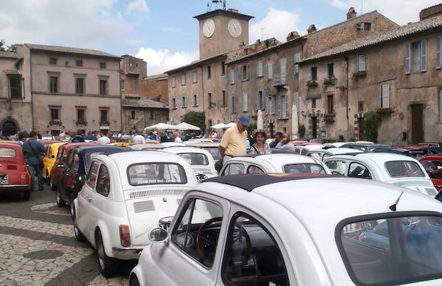 """Raduno di Fiat 500 al Centro commerciale """"Porta d'Orvieto"""""""