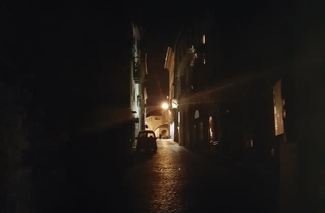 Quartiere medievale al buio da tre giorni. La segnalazione di un cittadino