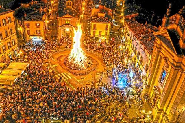 Bagnaia fa festa intorno al Focarone di Sant'Antonio