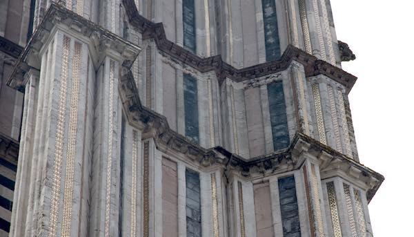 Cade un frammento di cornicione. Sopralluogo dell'Opera del Duomo