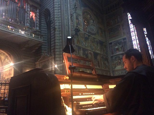 Frate Alessandro Brustenghi, la voce di Assisi dona voce all'organo del Duomo