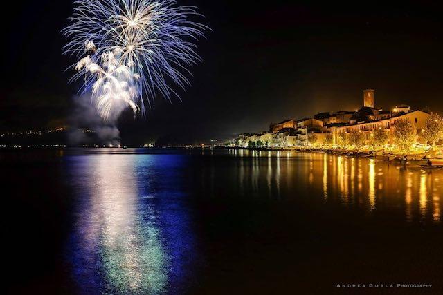 Notte Bianca e Notte Blu in riva al lago. Nel mezzo, i fuochi d'artificio di Santa Marta