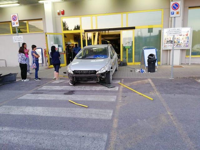Ladri sfondano vetrata del supermarket con l'auto