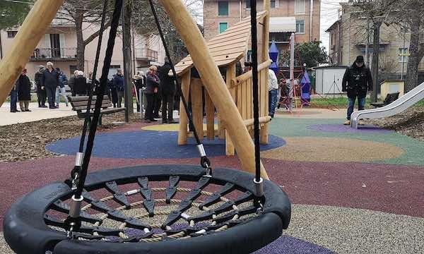 Inaugurata la nuova area giochi al Parco Ponte