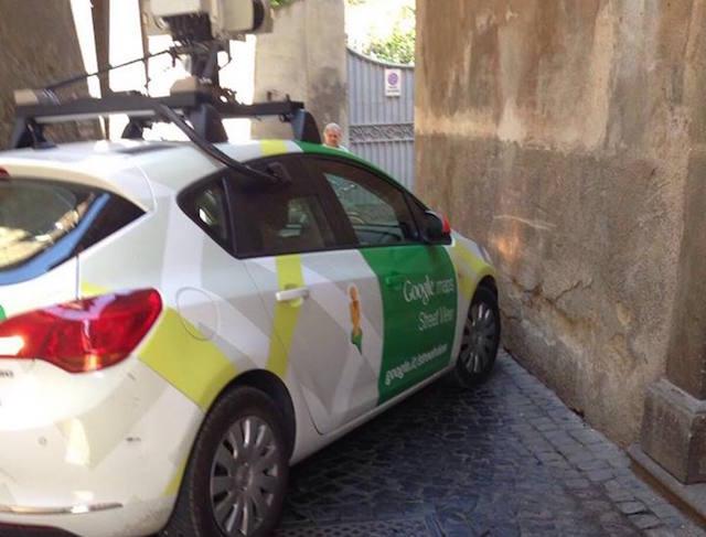 """La """"curva de la bestemmia"""" colpisce ancora: la GoogleCar s'incastra"""