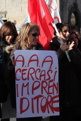 """""""A.A.A. Cercasi imprenditore."""" Le operaie ex Grinta manifestano ai piedi del Duomo"""