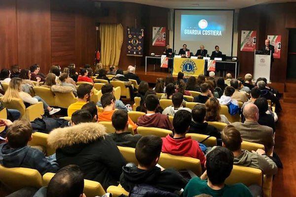 Gli studenti incontrano la Guardia Costiera Italiana