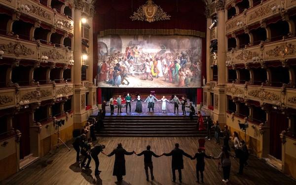 """Spettatori sui palchi al Teatro Morlacchi per il debutto di """"Guerra e Pace"""" con Stefano Fresi"""