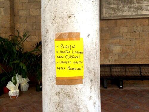Pasquino di fine estate, la città tappezzata di manifesti contro rifiuti e discarica