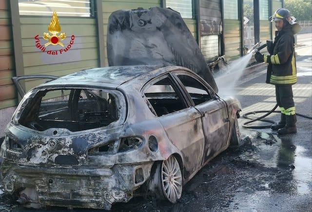 Auto in fiamme sulla A1, in salvo mamma e bambini