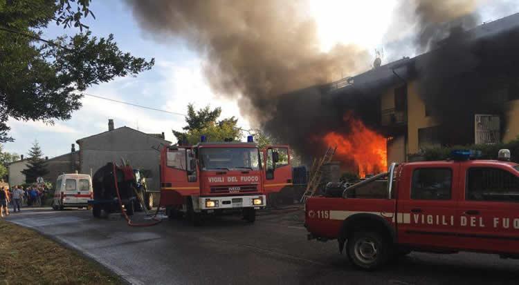 Incendio a Castel Giorgio, palazzina avvolta dalle fiamme, abitanti evacuati