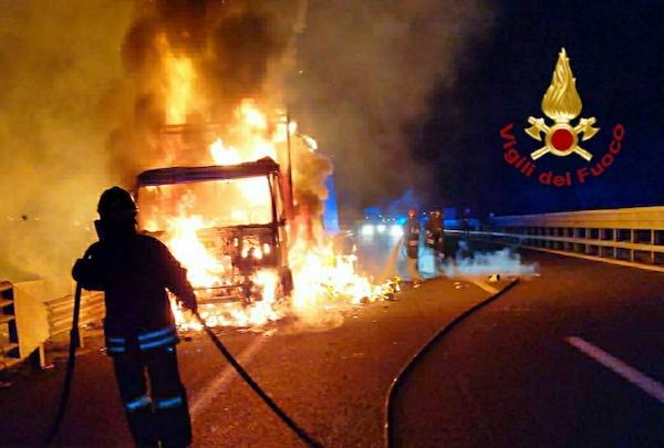 A fuoco un tir che trasportava carta sull'A1 tra Orvieto e Fabro