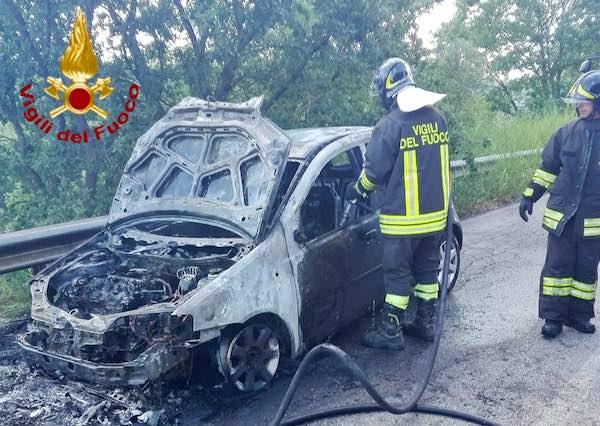 Ancora un'auto in fiamme, Vigili del Fuoco al lavoro sulla SS 205