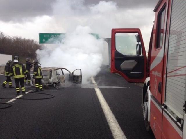 Auto in fiamme su A1, conducente salvo per miracolo. Le immagini del rogo
