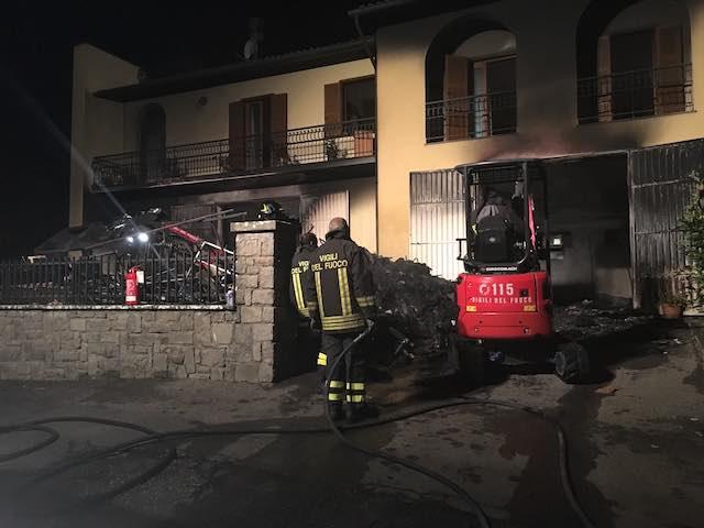 Palazzina inagibile, danni ingenti dopo l'incendio che ha devastato il negozio di abbigliamento