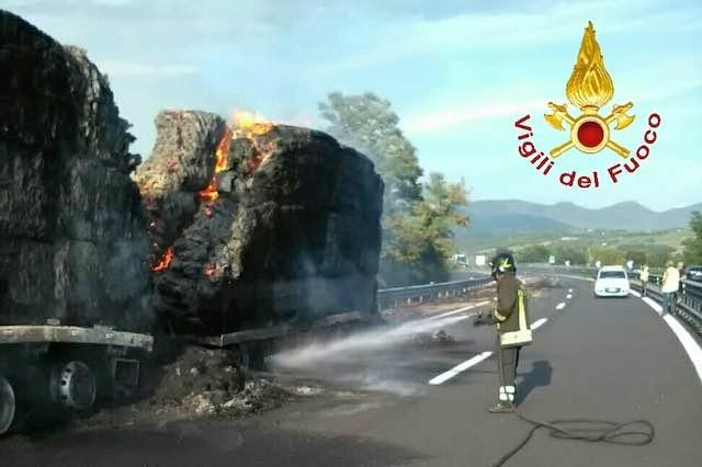 Paura sull'Autostrada del Sole, va a fuoco un autocarro carico di fieno