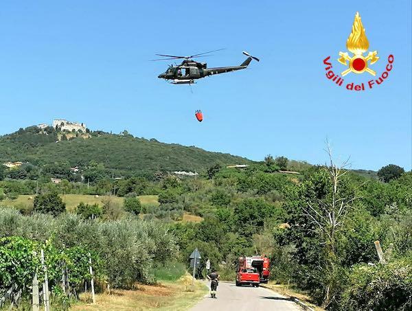 Anche un elicottero per spegnere l'ennesimo incendio boschivo
