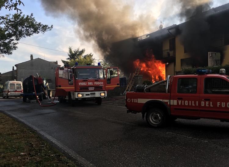 Prima un tuono e poi l'inferno, negozio di abbigliamento distrutto dalle fiamme. Palazzina inagibile, ferite lievi per uno dei proprietari