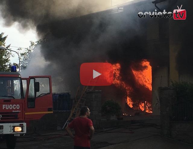 Incendio partito dal magazzino, il video del disastro