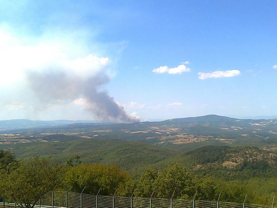 Vasto incendio tra Monteleone e Piegaro. Ordigni bellici in zona, interventi solo dal cielo