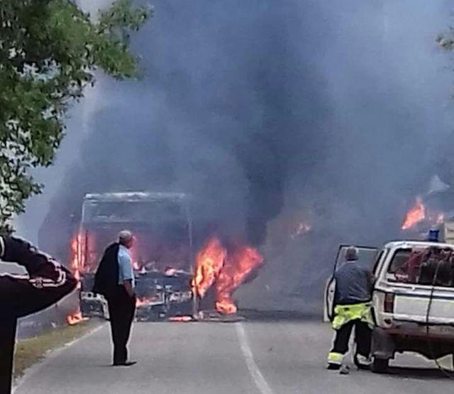 Bus distrutto dalle fiamme, passeggeri salvi per miracolo
