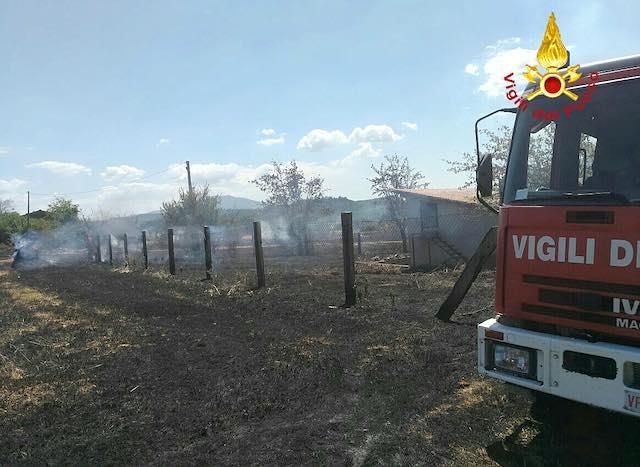 A fuoco tre ettari di stoppia, lambita dalle fiamme una rimessa di attrezzi agricoli
