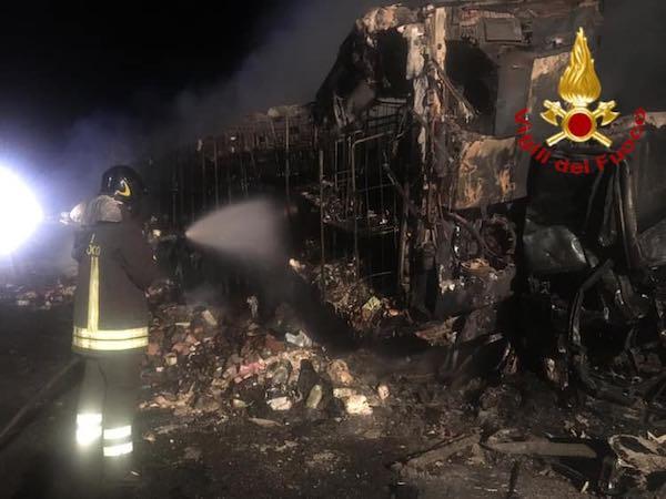 Tamponamento tra due tir, fiamme in autostrada