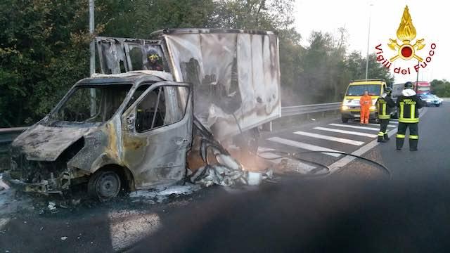A fuoco il furgone del corriere, nessun ferito