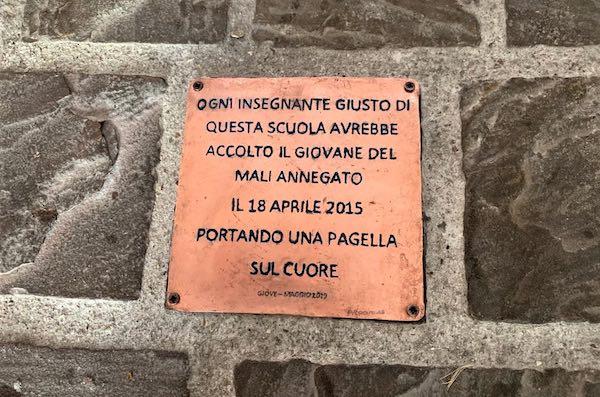 Una pietra d'inciampo ricorda il giovane morto con la pagella scolastica indosso