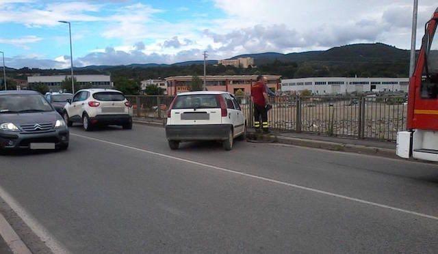 Tamponamento sul ponte dell'Adunata. Illesi i conducenti, traffico in tilt