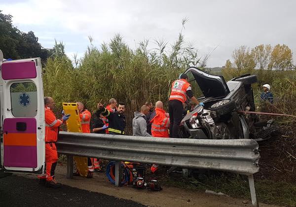Perde il controllo dell'auto e si ribalta, ferito un 55enne