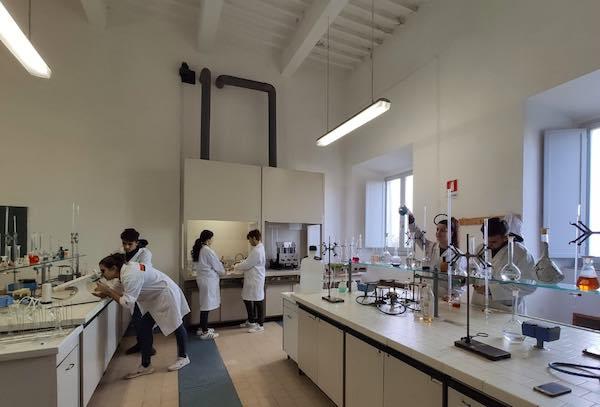 Un laboratorio per adulti all'Istituto Tecnico Chimico di Manciano